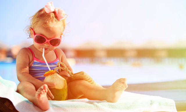 Guardaroba primavera estate: bimba in canottiera e occhiali da sole