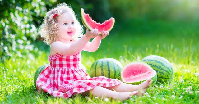 Guardaroba primavera estate: bimba con vestitino e anguria
