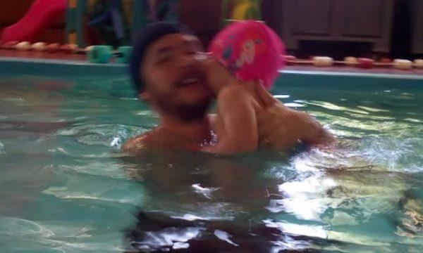In piscina con mamma e papà