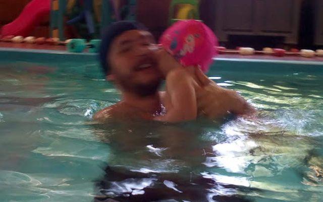 In piscina con papà