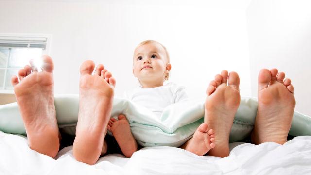 Per i genitori dormire col bebè sveglio è impossibile