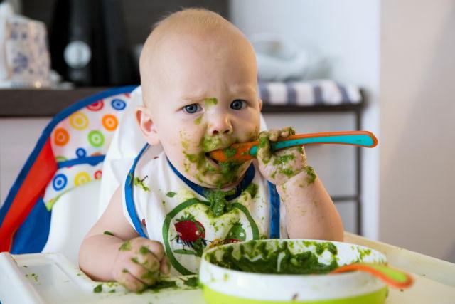 Pappe: quando un bimbo vuole mangiare da solo