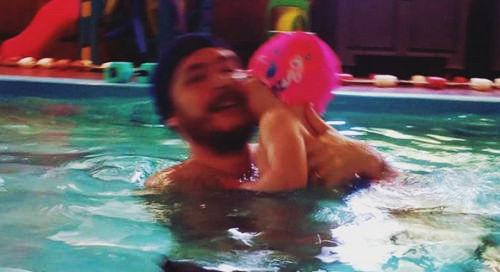 2 anni: in piscina con papà
