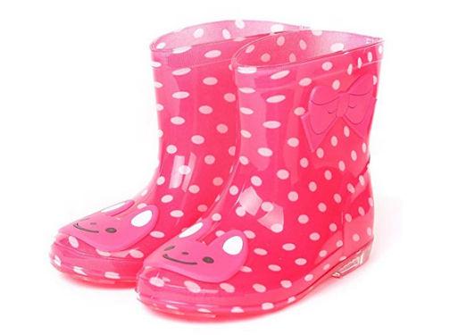 Contro le insidie del tempo: stivali in gomma (e rosa) da bambina